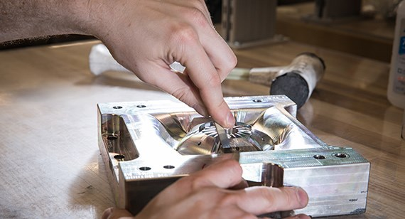 polishing an aluminum mold for injection molding